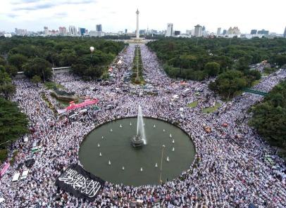 Foto aerial ribuan umat Islam melakukan zikir dan doa bersama saat Aksi Bela Islam III di kawasan Bundaran Bank Indonesia, Jakarta, Jumat (2/12). ANTARA FOTO/Sigid Kurniawan/aww/16.